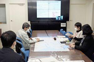 オンラインで開かれた新型コロナワクチン接種の自治体向け説明会=佐賀市役所