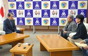 沖縄県民投票実施を求める市民団体と面談する沖縄市の桑江朝千夫市長(左)=24日午後、沖縄市役所
