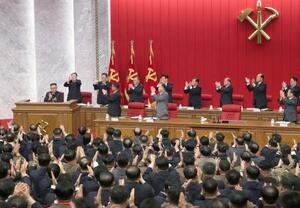 北朝鮮の朝鮮労働党中央委員会総会。壇上左端は金正恩総書記=17日(朝鮮中央通信=共同)