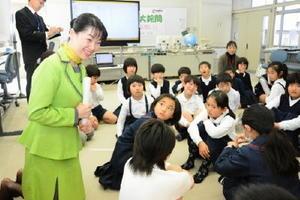 児童たちにマナーについて笑顔で講演する木村さん=佐賀市の大詫間小