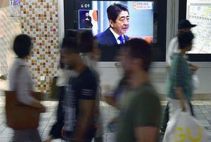 衆院解散を表明した安倍首相の記者会見を伝える街頭テレビ=25日午後、東京・有楽町