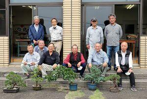肥前盆栽若樹会の会員と作品