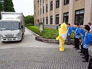 参院選の投票用紙を運ぶトラックを見送る佐賀県選管事務局の職員=県庁