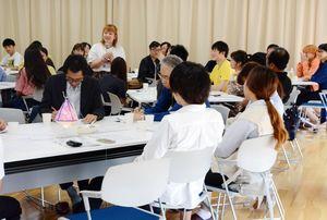 各国の違いについて意見を交わす留学生や日本人学生ら=佐賀市の西九州大グループ健康支援センター