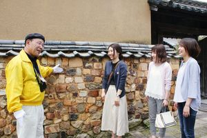 有田観光まちなかガイドのイメージ。町内の名所旧跡を案内する