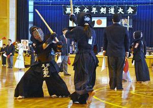 140チームの頂点を目指して市内を交える選手たち=神埼市中央公園体育館