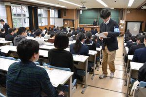 試験前に受験生の出席状況を確認する担当職員=佐賀市の佐賀大学本庄キャンパス