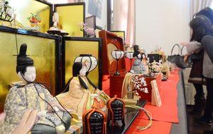 ひな人形や小物など佐賀錦の作品約200点が並ぶ「わたしたちの佐賀錦展」=佐賀市城内のさがレトロ館