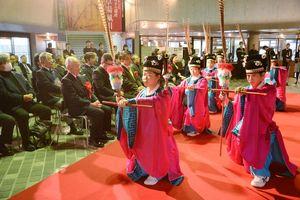 開会式で「釈菜の舞」を披露する多久高の生徒=佐賀市の県立博物館