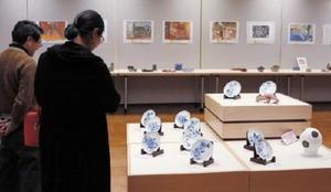 有田町内の小中学生の力作が並ぶ西松浦郡小・中学校学童美術展=有田町の県立九州陶磁文化館