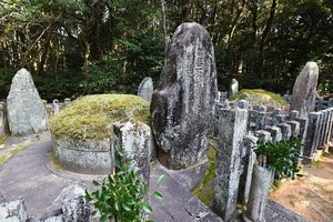 佐賀藩10代藩主鍋島直正の遺骨が納められている鍋島墓所。11代藩主直大の墓(右)も並ぶ=佐賀市大和町