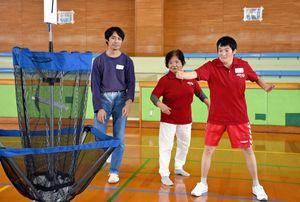チームでディスクゴルフを楽しむ参加者たち=佐賀市の佐賀市立体育館