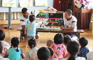 子どもたちに紙芝居の読み聞かせをする城北中の生徒=若楠公民館