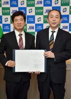 進出協定を結んだ末安伸之みやき町長(左)と日本産業機械の藏前健一社長=みやき町役場中原庁舎