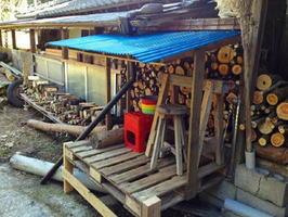 廃材を使って増設した薪置き場