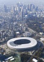 東京・新宿の高層ビル群(奥)と国立競技場=1月