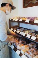 米粉でできたパンを販売するベーカリー「こめひろ」=2017年12月、東京都武蔵野市
