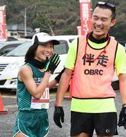 レース後に笑顔を見せた招待選手の道下美里さん(左)と伴走の堀内規生さん=鹿島市林業体育館前