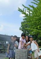 1学期が終わり、さっそく公園で水遊びする児童=佐賀市城内