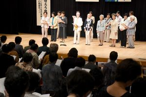 最後に来場者全員で「生き抜く白百合」を斉唱した県母子寡婦福祉研修大会=唐津市文化体育館