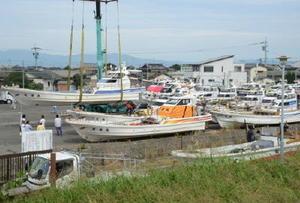 台風18号の接近に備え、陸揚げされる漁船=4日午前、佐賀市川副町の戸ケ里漁港