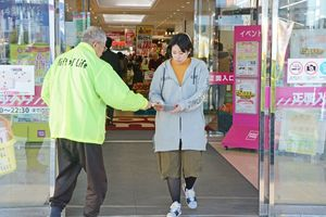 腎臓病予防について書かれたチラシを配布するメンバー=佐賀市のゆめタウン佐賀