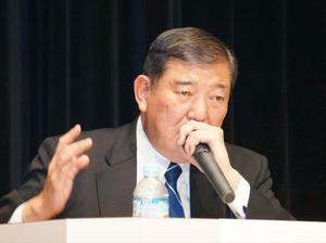 討論会で発言する自民党の石破茂元幹事長=12日午後、札幌市