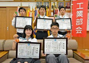 高校生ものづくりコンテスト九州大会で入賞した左上から時計回りに、中塚大飛さん、瀬戸航希さん、西田大海さん、鷹巢祐誠さん、石山沙羅さん
