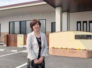 園長の和田由美先生と新園舎=小城市牛津町の牛津ルーテルこども園