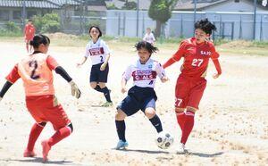 高校生相手に当たり負けせずにボールを運ぶ、みやきなでしこクラブの選手(中央)=佐賀市の佐賀女子高グラウンド