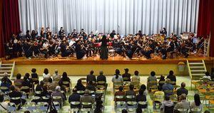嬉野小金管バンド部、嬉野中吹奏楽部、嬉野市民吹奏楽団の3組計約90人で「宝島」を演奏したステージ=嬉野市公会堂