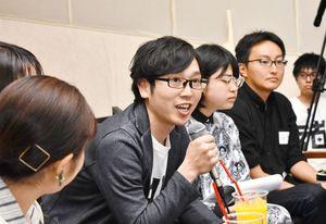 今後の弘道館2について意見を述べる参加者=佐賀市のシアターシエマ