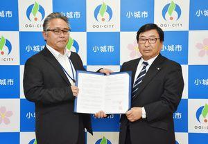 空き家の活用促進に関する協定を結んだ小城市の江頭正秀建設部長(左)と全日本不動産協会の千北政利県本部長=小城市役所
