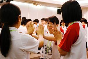第1分科会で、手合わせゲームを楽しむ生徒たち=佐賀市のマリトピア