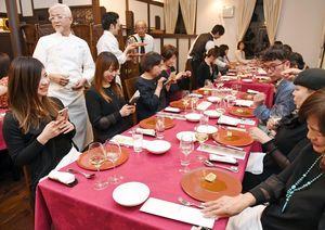 古賀純二さん(左から2人目)ら有名シェフが腕を振るった料理を楽しむ人たち=佐賀市城内のさがレトロ館