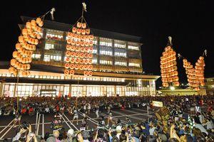 大勢の観客を前に、武雄市役所新庁舎で披露された竿燈まつりの妙技=12日午後8時23分、武雄市