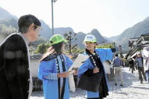 観光客を案内する子ども観光ガイド=伊万里の大川内山