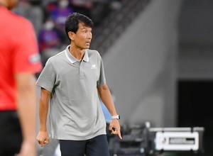 鳥栖-FC東京戦で指揮を執るサガン鳥栖の金明輝監督=東京都の味の素スタジアム、2020年8月1日