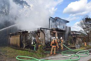 火災で全焼した民家=23日午後0時半ごろ、伊万里市東山代町