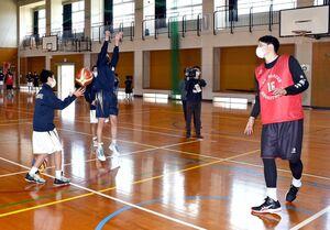 プロに教わりながらシュートを練習する参加者=上峰中体育館