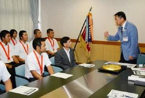 早稲田佐賀野球部から甲子園出場の報告を受け、激励する峰市長=唐津市役所