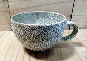 東馬窯(山内町)のスープマグカップ。同窯の技法「梅華皮(かいらぎ)」が特徴。梅の木の表皮のように縮れた模様が手触り、口当たりがいいと人気の作品。電子レンジ可(3850円)