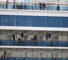 横浜・大黒ふ頭に停泊するクルーズ船「ダイヤモンド・プリンセス」のデッキやベランダで過ごす乗船者ら。体操をする人の姿も見られた=15日午前10時28分