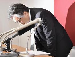 記者会見で一連の不祥事を謝罪する巨人の石井一夫球団社長=17日午後、東京・大手町の球団事務所