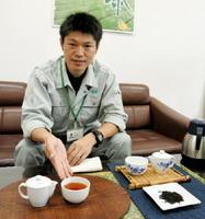 現場の若手生産者と実験も重ねながら、紅茶製造の手引きや紅茶の審査器具開発に取り組んだ県茶業試験場の山口幸蔵さん=嬉野市の同試験場