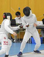 フェンシング女子フルーレで優勝した佐賀商の山田愛佳。エペも制し2冠に輝いた=佐賀市のSAGAサンライズパークフェンシング場