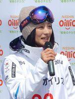 引退セレモニーで競技生活を振り返るフリースタイルスキー女子モーグルの上村愛子さん=2014年4月13日、