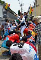 呼子大綱引で、懸命に綱を引き寄せる浜組の男衆=呼子町の三神社前