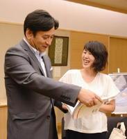 山口祥義知事に写真集を見せるやまぐちゆかさん=佐賀県庁