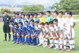 試合開始前に集合写真に収まるU-13日本選抜とU-13韓国選抜の選手たち=佐賀市の県総合運動場陸上競技場